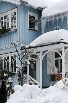 a blue house in the frozen snow Villa K, Vibeke Design, Bleu Pastel, White Cottage, Winter Colors, Blue Christmas, Christmas Time, Winter Scenes, Snow Scenes