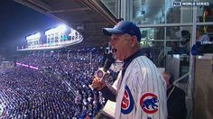 WS2016 Gm3: Murray sings during 7th-inning stretch