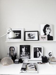 Desk decor - Decoração preto e branco para home office Workspace Inspiration, Room Inspiration, Interior Inspiration, Desk Inspo, Office Inspo, Daily Inspiration, Office Ideas, Ideas Hogar, Office Interiors