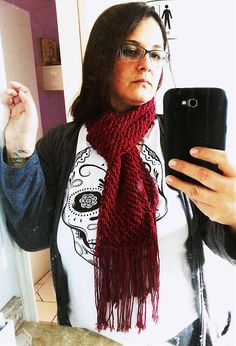 Cachecol em tricô feito com barbante colorido na cor bordô. | por litasky