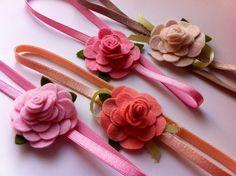 ***ATENÇÃO: Imagens ilustrativas, produto vendido por unidade***    Faixa Elástica maleável, decorada com uma rosa e folhas de feltro feita a mão.    tamanho da flor 5cm de diâmetro  Faixas Elástica - Medidas aproximadas:  PP 37cm (RN/3 meses)  P 39 cm (3 meses/6 meses)  M 43 cm (6 meses/1 ano)  G 48 cm (+ 1 ano)    Cores:  -branco  -bege  -rosa bebê  -rosa  -salmão  -amarelo ouro  -amarelo-bebê  -pink  -roxo  -vermelho      sob encomenda, (dependendo da disponibilidade de material) - 7 Dias…