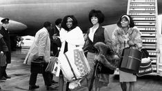 A new book chronicles decades of celebrities at the airport, from Rihanna to the Supremes. Fall Fashion Staples, Nostalgia, Vintage Black Glamour, Vintage Style, Vintage Vibes, Retro Vintage, Diana Ross, Airport Style, Airport Outfits