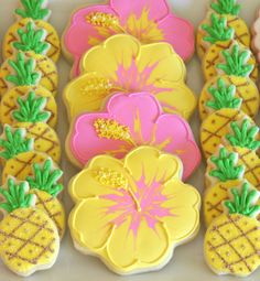 luau{Cookie Decorating} How to make pretty hibiscus cookies Aloha Party, Party Fiesta, Hawaiian Luau Party, Hawaiian Birthday, Luau Birthday, Tropical Party, Birthday Parties, Beach Party, Party Party