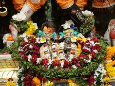 #magiaswiat #podróż #zwiedzanie #vrindavan #blog #azja #zabytki #swiatynia #indie #miasto #aszram #ganges #iscon #krishna Hinduism, Krishna, Indie, Christmas Tree, Table Decorations, Holiday Decor, Blog, Home Decor, Teal Christmas Tree