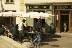 """Etwas abseits vom Stephansplatz und touristischem Getummel befindet sich das charmante """"Kleine Café"""" am Franziskanerplatz. Tatsächlich macht es seinem Namen..."""