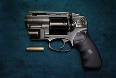 """Un revólver (anglicismo de revolver) es un tipo de arma corta que se caracteriza por llevar la munición dispuesta en un barrilete (o """"tambor""""). Normalmente se utiliza el término pistola para designar a las armas de fuego cortas semiautomáticas, que suelen llevar la munición alojada en un cargador."""
