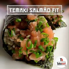 Temaki Salmão Fit Tk! Preparado com salmão fresco, cebolinha, nori e arroz integral temperado com molho sem adição de açúcar! Apenas 159 Kcal!!!  #temakifit #salmao #salmon #takanori #sushi #japa #japones #japafood #food #japanese #japanesefood #culinariajaponesa #uberaba #brculinary #foodpics #instafood #instagood #dinner #jantar #brasil #brazil #saude #delicia #delicious #sushilover #japao #japan #braziliangallery #brprofessionalphotographers