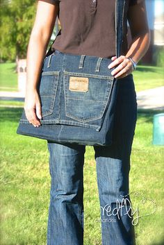 Redfly Creations' Messenger Bag from a Pair of Jeans - tutorial Jean Crafts, Denim Crafts, Jean Purses, Purses And Bags, Jeans Recycling, Do It Yourself Fashion, Denim Ideas, Recycled Denim, Denim Bag
