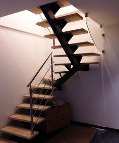 Découvrez cet escalier au style sobre mais ravageur. Ici c'est le garde corps inox qui donne tout son caractère à cet escalier à deux quarts tournants. L'association du classicisme du bois de l'escalier et du modernisme de la rambarde inox est parfaitement réussie !Retour aux escaliersSpécificités techniques : Escalier limon central 2/4 tournant laque