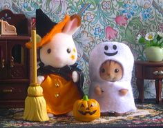 Sylvanian Families – Japanese Colleciton – Trick or Treat Halloween Costume Set – Chocolate Rabbit Girl & Walnut Squirrel Baby with Accessories