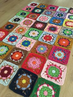 Right before joining the colorful coaster squares that I made with left over yarn. Pattern: https://www.jipbyjan.nl/jipshop/haakpatroon-coaster-square-deken/ (Dutch) #crochet #orgu #ganchillo #haken #hekle #virka #hakeln #coastersquare #coastersquareblanket #jipbyjan #colorfulcrochet