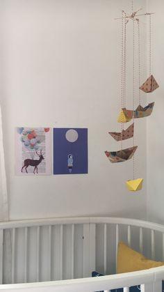 Sanfte Töne und DIY Mobile beim Babybett | SoLebIch.de DIY Mobile #mobile #diyideas #kidsdiy #diy #crafts #kidsideas #drawing #crafting #kidsactivities #playingoutdoors