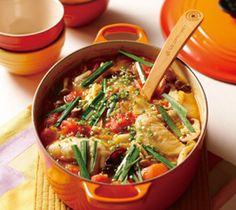 【トマトチゲ鍋】トマトの酸味がいきた辛さ抑えめのまろやかなスープに、野菜がたっぷり入ったヘルシー鍋。身体の芯から温まります。  http://lecreuset.jp/community/recipe/tomatochigenabe/