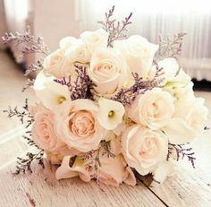 Bouquet di nozze di rose rosa e calle bianche per un matrimonio dal tocco shabby chic.