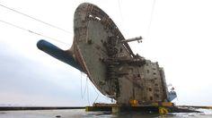 Südkoreas versunkene Sewol-Fähre wurde vor der Küste der südlichen südkoreanischen Insel Jindo erfolgreich auf ein riesiges schweres Hebeschiff gehoben.