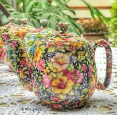 Vintage Chintz Personal Teapot made in England 🌸🌼🌺🍀🌸 Vintage China, Vintage Tea, Vintage Floral, Tea Cup Saucer, Tea Cups, Old Tea Pots, Royal Tea, Cuppa Tea, Teapots And Cups