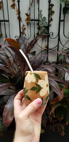 Painted Cups, Hand Painted, Food Crafts, Diy Crafts, Painted Flower Pots, Plastic Bottle Crafts, Stick Art, Yerba Mate, Ceramic Studio