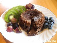 """""""Sjokoladefondant"""" er en av verdens mest populære dessertkaker!! Kaken lages i porsjonsformer og skal være stekt som kake ytterst, men likevel være som flytende, varm sjokoladesaus inni. Bruk så dyr og eksklusiv mørk sjokolade du får tak i, og du får en smak som er hvilken som helst gourmetrestaurant verdig! """"Fondant"""" betyr """"det å være smeltende"""" på fransk - og dette er definitivt kaken som får deg til å smelte! Oppskriften gir 8 stk."""