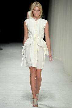 http://fashionblogofmedoki.blogspot.be/2013/11/nina-ricci-le-defile-printemps-ete-2014.html