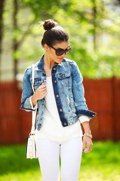 Camila Coelho de jaqueta jeans com camiseta e calça branca