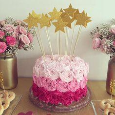 La torta de mi cumple. La hizo mi mamá y yo la decoré. Gracias a Pinterest por la idea y a mi mamá por hacer que sea tan rica y a mi amigui @carofuenteslainez por prestarme la boquilla para las rositas 💖 One Year Birthday Cake, 50th Birthday Cupcakes, Birthday Cake Roses, Beautiful Birthday Cakes, Baby Birthday Cakes, Wedding Cakes With Cupcakes, Beautiful Cakes, Cupcake Decorating Tips, Creative Cake Decorating