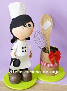 Boneca fofucha feita de EVA. A colher de pau nao acompanha o produto. R$ 45,00