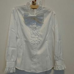 Lili Lundi スタンドカラー 白ブラウスです。 サイズ 115cm ポリエステル100%の素材なので、シワになりにくい素材です。 胸元にフリルと大きなリボンブローチの付いた女の子が喜ぶ可愛いデザインです。 別でジャケットも出品しております。 セット購入も可能です。 卒園式 入学式 七五三