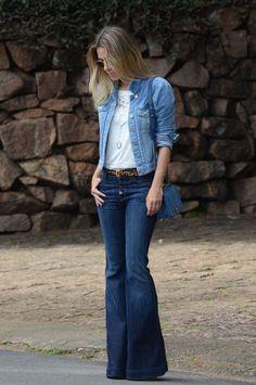 Calça jeans flare azul, tshirt branca, jaqueta jeans