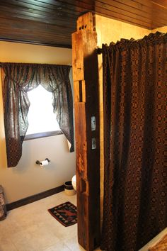 Primitive decor bathroom Lovers Knot Prairie curtian and used the curtain panels for shower curtain.barn beam and love my dark wood ceiling. Diy Floor Cleaner, Wood Wall Design, Diy Wood Shelves, Wood Signs For Home, Primitive Bathrooms, Diy Couch, Diy Bed Frame, Diy Furniture Plans, Wood Ceilings