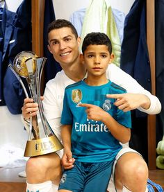 Cristiano Ronaldo and Cristiano Jr. Cristiano Ronaldo 7, World Best Football Player, Good Soccer Players, Football Players, Cr7 Vs Messi, Neymar, Abu Dhabi, Manchester United, Cr7 Jr