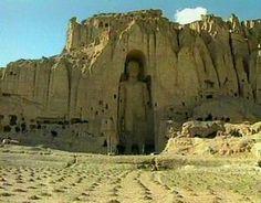 Los Budas de Bāmiyān fueron dos monumentales estatuas de Buda talladas a los lados de un acantilado en el valle de Bāmiyān, en Afganistán central, situado a 230 km al noroeste de Kabul, a una altura de 2.500 metros sobre el nivel del mar
