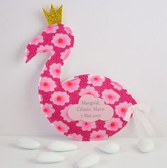 sachet de dragées baptême flamant rose avec sa couronne à paillettes