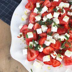 Friske salater er et must til middagene nå på sommeren, enten det er som tilbehør til grillmat, fisk, alene eller som del av et koldtbord. Ekstra godt er det å bruke frukt og bær i salaten. Denne salaten har faktisk ingen grønnsaker, men er en ren frukt og bærsalat med en syrlig og god limevinaigrette. Og fetaost, selvfølgelig😄 Melon og feta er og blir en favorittkombi altså👌 Til jordbær og melonsalaten trenger du: 1/4 stor eller 1/2 liten vannmelon, i … Crunchy Granola, Sloppy Joe, Fodmap, Caprese Salad, Bruschetta, Pulled Pork, Feta, Tapas, Side Dishes