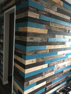 pallet wall event - Interior walls of house made of recycled pallet wood. Welcome to a new collection of handmade decor featuring Inspirational Handmade Pallet Wall Decor Ideas To Show Off Your Creativity. Pallet Wall Decor, Pallet Walls, Wooden Pallet Wall, Palette Deco, Plank Walls, Diy Pallet Projects, Pallet Ideas, Garden Projects, Wood Projects