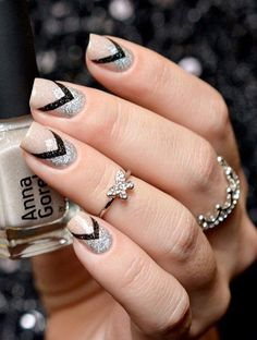 Silver and black glitter nails art. Look stunning and classic with this alternate v-shaped black and silver glitter paint.