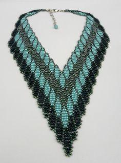 Maxi colar confeccionado com miçangas *Preciosa* nas cores verde e turquesa. Com acabamentos em metal niquelado. Show pra usar no Verão! Comprimento-Perímetro: 46 cm + 5 cm de corrente extensora Largura- Altura no meio do colar: 11 cm