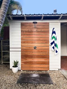 DIY outdoor shower (with hot water!) Little Red Industries Outdoor Pool Shower, Outdoor Shower Enclosure, Backyard Pool Designs, Backyard Patio, Backyard Landscaping, Outdoor Shower Inspiration, Piscina Diy, Outside Showers, Outdoor Bathrooms