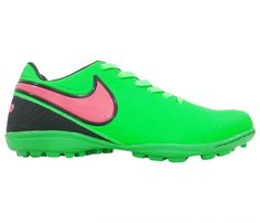 """Chuteira Society Nike Tiempo Verde e Rosa - Cabedal confeccionado em material sintético com relevos. Conta com fechamento em cadarço. Traz o logotipo da marca nas laterais, palmilha e no solado, nome """"Tiempo"""" na parte de trás. Forro em material..."""