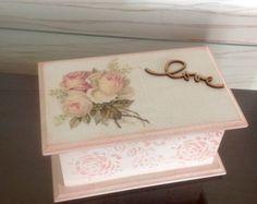 Porta Batom em mdf - Love Shabby Chic Boxes, Shabby Chic Decor, Lace Painting, Painting On Wood, Cigar Box Crafts, Wooden Cigar Boxes, Altered Cigar Boxes, Decoupage Box, Painted Boxes