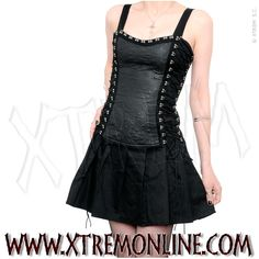 Vestido gótico con cordón cruzado lateral.