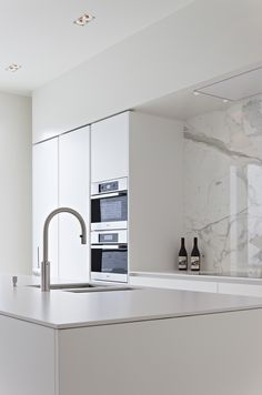 Louis Culot | Keukenwerkbladen in Natuursteen Kitchen Pantry Design, Modern Kitchen Design, Interior Design Kitchen, Apartment Kitchen, Apartment Interior, Küchen Design, Home Design, Minimal Kitchen, Kitchen Furniture