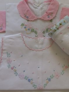 Kit pagão com fralda em poá colorida Embroidery Neck Designs, Baby Embroidery, Embroidery Fashion, Baby Shirts, Shirts For Girls, Baby Frocks Designs, Heirloom Sewing, Little Girl Dresses, Baby Sewing
