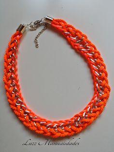 Collar flúor con cadena, cordón y cola de raton