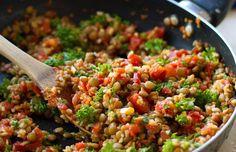 linzensalade met couscous, tomaten en avocado