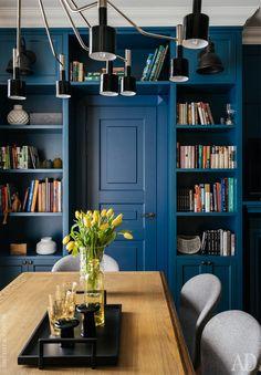 Стеллаж для книг сделан на заказ по эскизам Enjoy Home. За дверью кабинет.