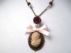 collier bronze, camé, rose bordeaux et noeud couleur rose  : Collier par les-brins-de-fantaisie