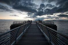 BAGNOLI  Sul Pontile di Bagnoli il silenzio del mare, lo sguardo perso nell'orizzonte, niente da mangiare