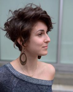 absolutely fell in love with this chic modern pixie with its wild curly texture. This slightly asymmetric pixie can be styled for any occasion from casual to an evening out with the girls. See tips to get this Chic Brunette Scissor Cut Pixie Fall Hair Cuts, Short Hair Cuts, Short Pixie, Pixie Cut Curly Hair, Short Wavey Hair, Long Asymmetrical Pixie, Pixie Cut Bangs, Short Hair Girls, Short Asymmetrical Hairstyles
