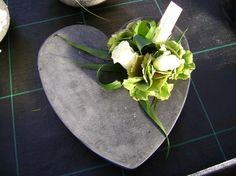 Funeral Flower Arrangements, Funeral Flowers, Arte Floral, Flower Art, Diy And Crafts, Succulents, Creations, Bouquet, Floral Designs