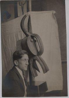 Photographie de Max Morise dans l'atelier d'André Breton au 42 rue Fontaine posant devant un masque Baoulé, vers 1926. Jean Renoir, African Masks, African Art, Crime, Art Premier, Ivory Coast, Tribal Art, Sculptures, Photos
